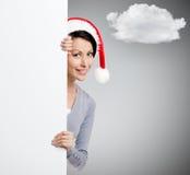 Όμορφη γυναίκα smiley στα Χριστούγεννα κόκκινη ΚΑΠ στοκ εικόνα