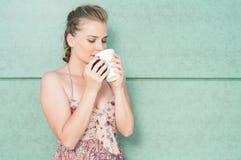 Όμορφη γυναικεία δοκιμή από το take-$l*away φλυτζάνι καφέ Στοκ φωτογραφία με δικαίωμα ελεύθερης χρήσης