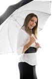 όμορφη γυναικεία ομπρέλα κάτω από τις νεολαίες Στοκ Φωτογραφίες