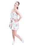 Όμορφη γυναικεία πλευρά που θέτει το πλήρες στούντιο μήκους που φορά το θερινό φόρεμα Στοκ Φωτογραφίες