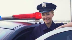 Όμορφη γυναικεία σπόλα στην υπηρεσία ΚΑΠ που χαμογελά στη κάμερα, γυναίκα που προστατεύει την πόλη απόθεμα βίντεο