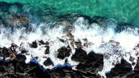 Όμορφη δύσκολη παραλία κυμάτων θάλασσας από την κορυφή, Κρήτη απόθεμα βίντεο
