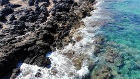 Όμορφη δύσκολη παραλία κυμάτων θάλασσας, Κρήτη φιλμ μικρού μήκους