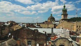 Όμορφη εικονική παράσταση πόλης στεγών της πόλης Lviv, αρχαία αρχιτεκτονική, κομψή αποσύνθεση φιλμ μικρού μήκους
