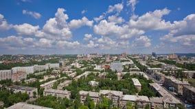 Όμορφη εικονική παράσταση πόλης με τα σύννεφα απόθεμα βίντεο
