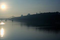 Όμορφη εικονική παράσταση πόλης πρωινού Ο ήλιος απεικονίζεται στο νερό Μπορείτε να δείτε τους λόφους του ποταμού Dnipro σωστών τρ στοκ φωτογραφίες με δικαίωμα ελεύθερης χρήσης