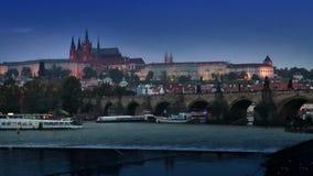 Όμορφη εικονική παράσταση πόλης της Πράγας τη νύχτα με τη γέφυρα Karluv του Charles οι περισσότεροι πέρα από τον ποταμό και το Κά φιλμ μικρού μήκους