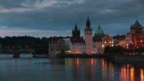 Όμορφη εικονική παράσταση πόλης της Πράγας τη νύχτα με τη γέφυρα Karluv του Charles οι περισσότεροι πέρα από τον ποταμό Vltava απόθεμα βίντεο