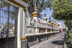 Όμορφη εικόνα του εξωτερικού με τους άσπρους και κίτρινους τοίχους του και της πύλης μετάλλων της εκκλησίας stol SAN Pedro Apà ³ στοκ φωτογραφίες με δικαίωμα ελεύθερης χρήσης