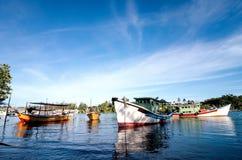 Όμορφη εικόνα του παραδοσιακού αλιευτικού σκάφους με την αντανάκλαση και το μπλε ουρανό Στοκ Φωτογραφίες