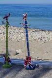 Όμορφη εικόνα των μεξικάνικων παιχνιδιών, δύο μικρά αντίγραφα των ιπτάμενων Papantla ή ο πετώντας πόλος έκαναν στο ξύλο στοκ φωτογραφίες με δικαίωμα ελεύθερης χρήσης