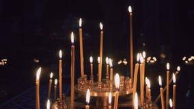 Όμορφη εκκλησία κεριών τη νύχτα απόθεμα βίντεο