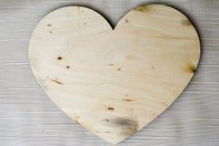 Όμορφη, εκλεκτής ποιότητας, σπιτική, ξύλινη καρδιά την ημέρα βαλεντίνων ` s στοκ εικόνες