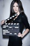 Όμορφη εκμετάλλευση γυναικών clapperboard Στοκ εικόνα με δικαίωμα ελεύθερης χρήσης