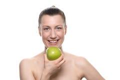 Όμορφη εκμετάλλευση η πράσινη Apple γυναικών ενάντια στο λευκό Στοκ φωτογραφίες με δικαίωμα ελεύθερης χρήσης
