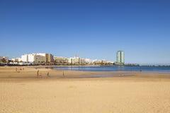 Όμορφη εκτενής παραλία Arrecife με την πόλη στο υπόβαθρο Στοκ φωτογραφία με δικαίωμα ελεύθερης χρήσης