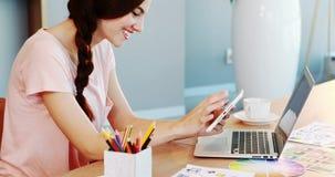 Όμορφη εκτελεστική συνεδρίαση στο γραφείο και χρησιμοποίηση της ψηφιακής ταμπλέτας απόθεμα βίντεο
