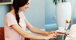 Όμορφη εκτελεστική συνεδρίαση στο γραφείο και χρησιμοποίηση του lap-top φιλμ μικρού μήκους