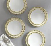 Όμορφη εμφάνιση ζωγραφισμένων στο χέρι τεσσάρων πιάτων - άσπρο υπόβαθρο στοκ εικόνες