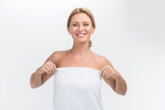 Όμορφη ενήλικη γυναίκα με το φρέσκο υγιές δέρμα Στοκ φωτογραφία με δικαίωμα ελεύθερης χρήσης