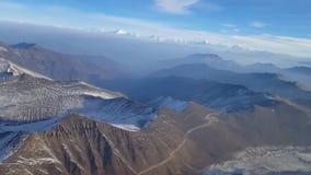 Όμορφη εναέρια άποψη κηφήνων σχετικά με τη χιονισμένη πετρών βράχου βουνών σειρά αλυσίδων τοπ απότομων βράχων λόφων μεγάλη στο χε απόθεμα βίντεο