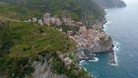 Όμορφη εναέρια άποψη της ακτής Cinque Terre στην Ιταλία απόθεμα βίντεο