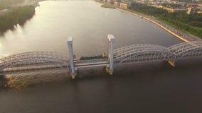 Όμορφη εναέρια άποψη της γέφυρας σιδηροδρόμων πέρα από τον ποταμό απόθεμα βίντεο