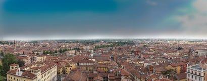 Όμορφη εναέρια άποψη της πόλης Βερόνα με τις κόκκινες στέγες, Ιταλία Στοκ Φωτογραφίες