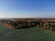 Όμορφη εναέρια άποψη του λιθουανικού τοπίου στο φθινόπωρο στοκ φωτογραφία με δικαίωμα ελεύθερης χρήσης