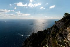 Όμορφη εναέρια άποψη του νησιού Capri, με τα ίχνη βαρκών στο νερό Στοκ Εικόνες