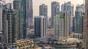 Όμορφη εναέρια άποψη του περιπάτου και του καναλιού μαρινών του Ντουμπάι με τα επιπλέουσες γιοτ και τις βάρκες πριν από το ηλιοβα απόθεμα βίντεο