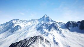Όμορφη εναέρια πτήση πέρα από το χιονώδες βουνό Όμορφα χειμερινά φύση και σύννεφα timelaps 4K διανυσματική απεικόνιση