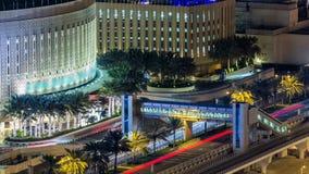 Όμορφη εναέρια τοπ άποψη της κυκλοφορίας κοντά στη λεωφόρο timelapse τη νύχτα στη μαρίνα του Ντουμπάι στο Ντουμπάι, Ε.Α.Ε. απόθεμα βίντεο