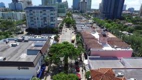 Όμορφη εναέρια 4k άποψη κηφήνων σχετικά με τον ήρεμο δρόμο οδών στα στο κέντρο της πόλης σύγχρονα ψηλά κτίρια αρχιτεκτονικής της  φιλμ μικρού μήκους