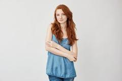Όμορφη εξέταση χαμόγελου μόδας redhead πρότυπη θέτοντας τη κάμερα Στοκ Φωτογραφίες