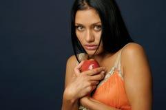 Όμορφη εξωτική γυναίκα με το μήλο Στοκ Φωτογραφίες