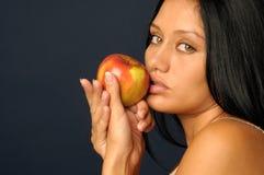 Όμορφη εξωτική γυναίκα με το μήλο Στοκ εικόνες με δικαίωμα ελεύθερης χρήσης