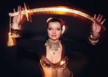 Όμορφη εξωτική γυναίκα χορευτών κοιλιών φυλετική με το ξίφος στοκ εικόνες