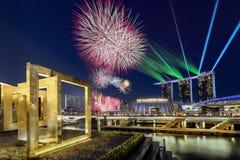 Όμορφη επίδειξη πυροτεχνημάτων κατά τη διάρκεια της παρέλασης εθνικής μέρας στον κόλπο μαρινών στη Σιγκαπούρη στοκ εικόνες