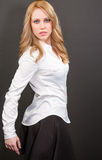 Όμορφη επαγγελματική ξανθή γυναίκα στο άσπρες πουκάμισο και τη φούστα Στοκ εικόνα με δικαίωμα ελεύθερης χρήσης