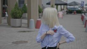 Όμορφη επιδέξια νέα γυναίκα που εκτελεί το χορό salsa έξω στην οδό με το αστικό κτήριο στο κέντρο πόλεων - απόθεμα βίντεο