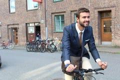 Όμορφη επικεφαλίδα επιχειρηματιών στην εργασία με το ποδήλατο Στοκ φωτογραφίες με δικαίωμα ελεύθερης χρήσης
