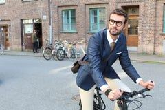 Όμορφη επικεφαλίδα επιχειρηματιών στην εργασία με το ποδήλατο Στοκ Εικόνες