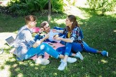 Όμορφη επικοινωνία απόλαυσης κοριτσιών που γελούν έξω δυνατή με τους φίλους στοκ εικόνες