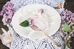 Όμορφη επιτραπέζια οργάνωση άνοιξη με τη διακόσμηση λουλουδιών boho στοκ εικόνες