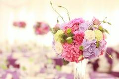 Όμορφη επιτραπέζια ρύθμιση διακοσμήσεων γαμήλιων λουλουδιών Στοκ Φωτογραφίες