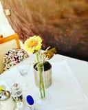 Όμορφη επιτραπέζια ρύθμιση λουλουδιών και cofee στοκ φωτογραφία με δικαίωμα ελεύθερης χρήσης