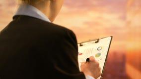 Όμορφη επιχείρηση CEO που εργάζεται στο επιχειρησιακό πρόγραμμα, που ελέγχει τις στατιστικές στην έκθεση φιλμ μικρού μήκους