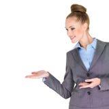 Όμορφη επιχειρηματίας με τα ανοικτά χέρια στην πλευρά Στοκ Φωτογραφίες