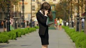 Όμορφη επιχειρηματίας με την ταμπλέτα στην οδό απόθεμα βίντεο